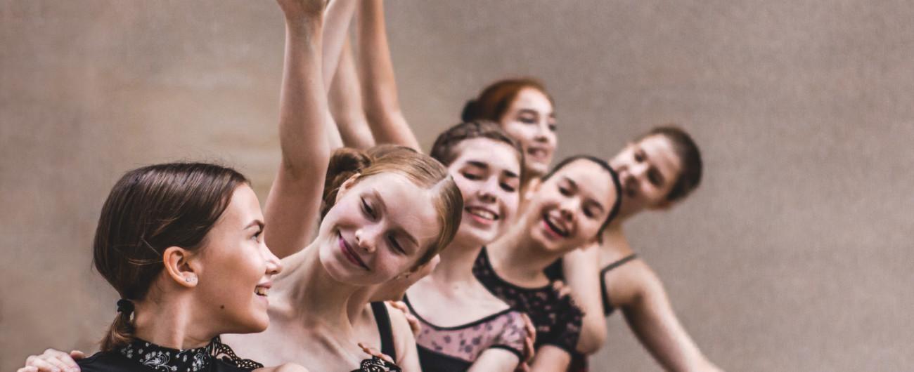 Nuoria naistanssijoita ryhmässä