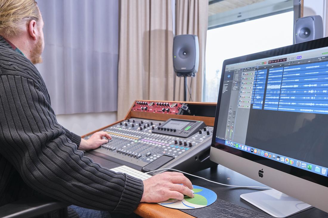 Mies käyttää musiikkiteknologialaitteita