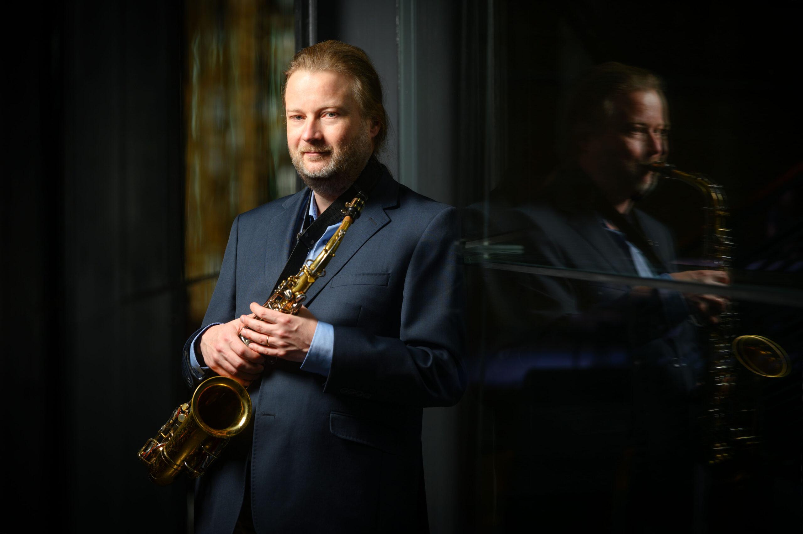 rehtori Juha Järvinen saksofoni kädessään