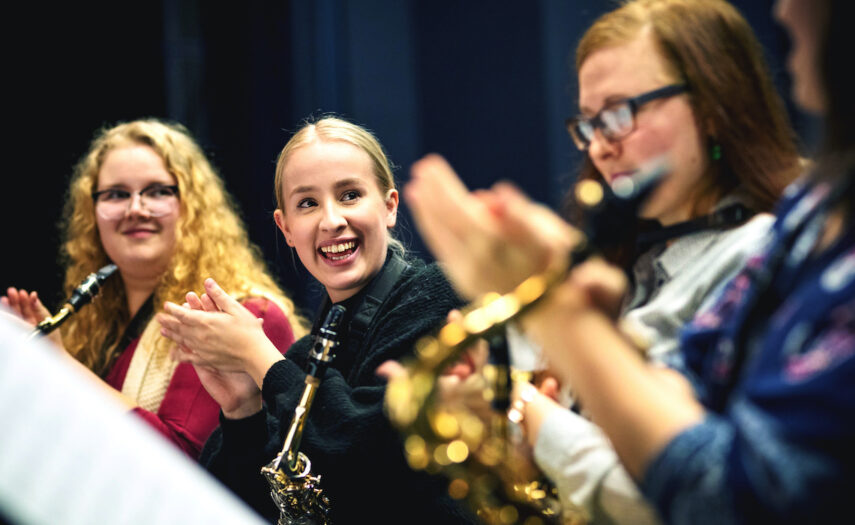 Puhallinorkesterin iloiset saksofonistit