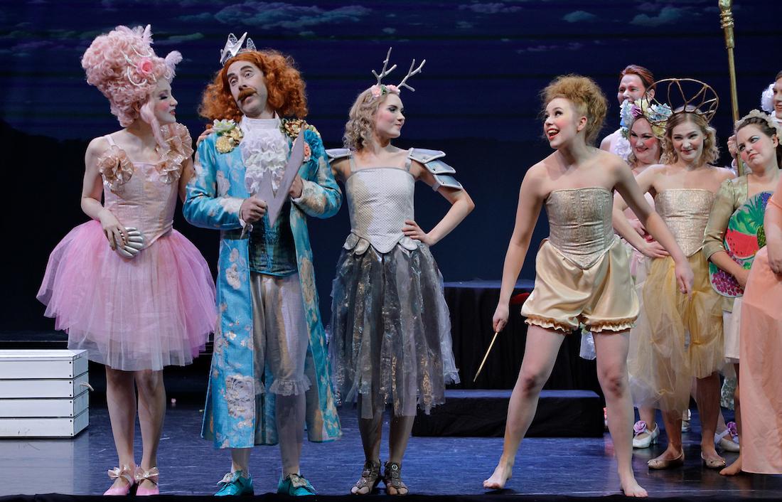 Oopperaesityksen esiintyjiä lavalla