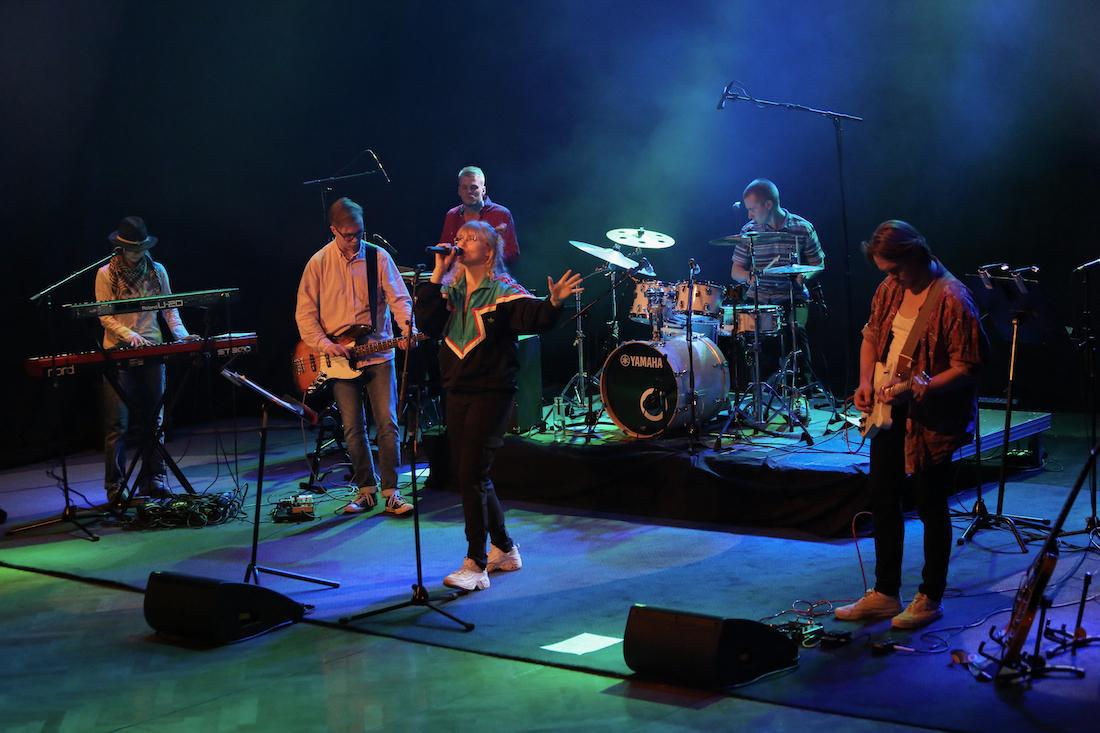 Bändi esiintyy lavalla