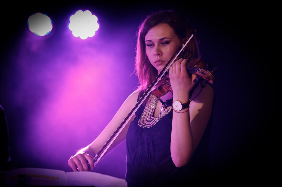 Nuori viulistinainen