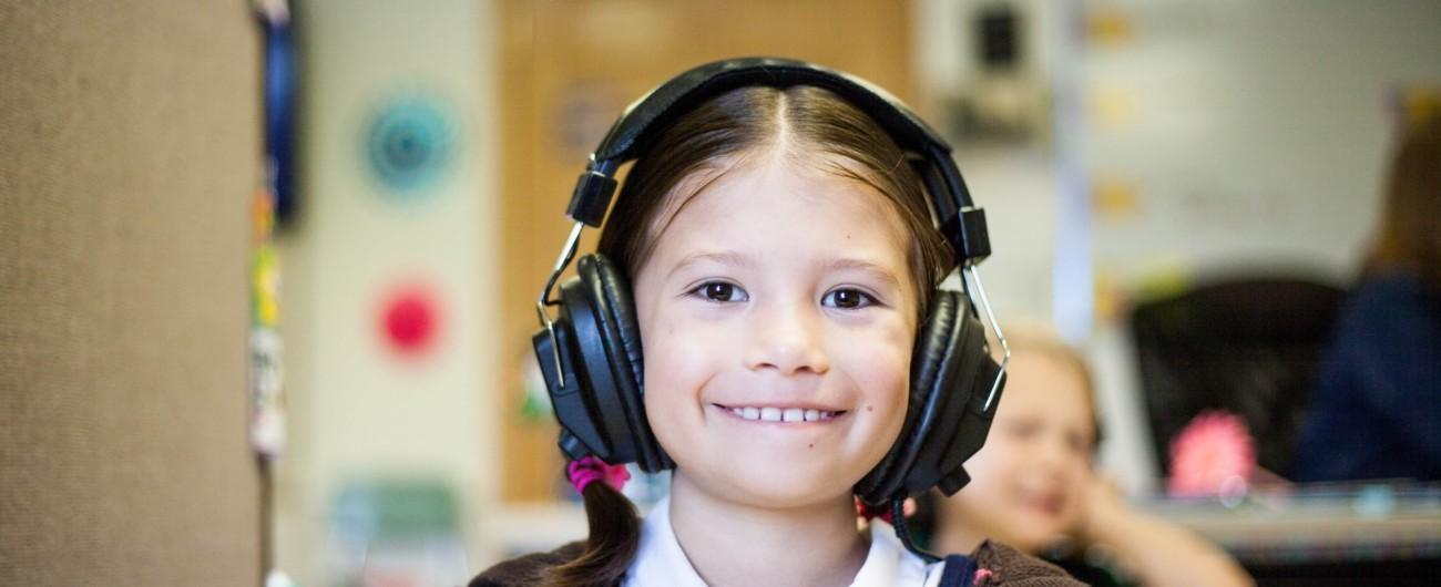 Tyttö kuulokkeet korvilla