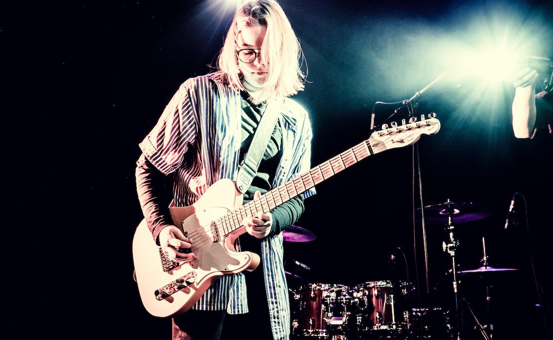 Nuori kitaristimies esiintyy