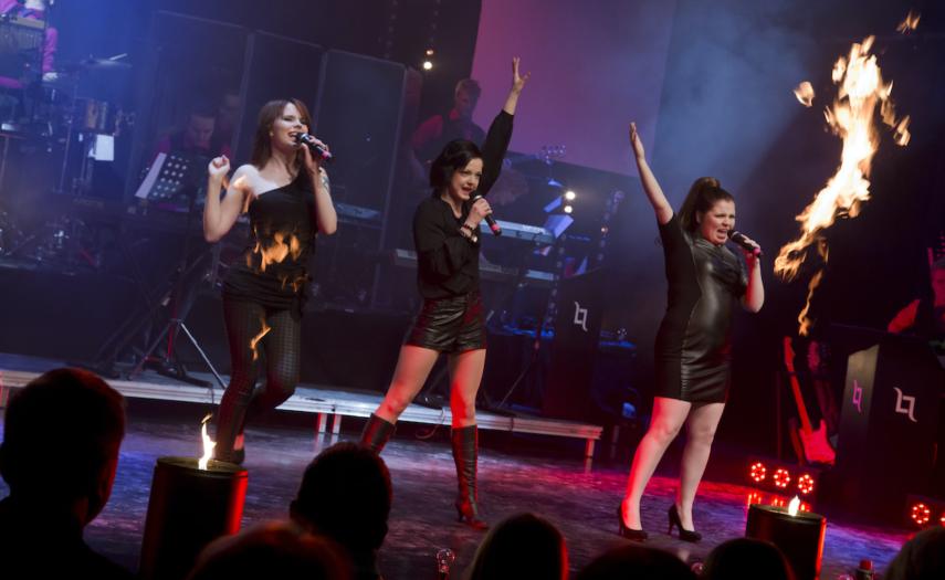 Kolme rockbändin naislaulajaa lavalla