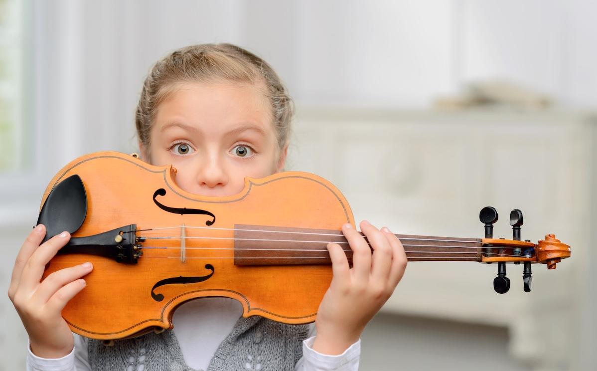 Nuori tyttö viulu kädessään