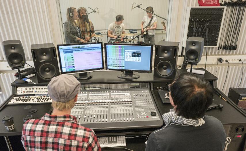 Bändi nauhoittaa studiossa