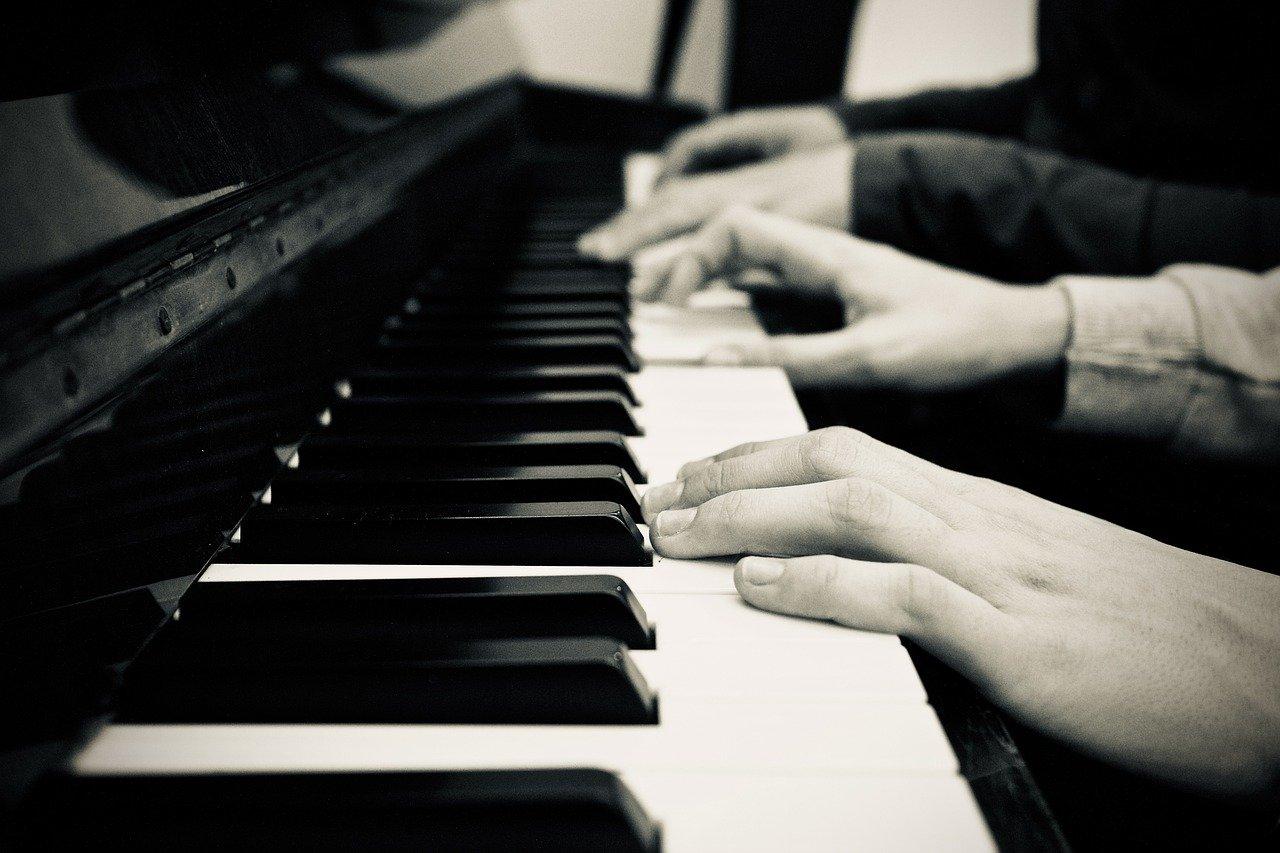 pianistit soittavat yhdessä pianoa