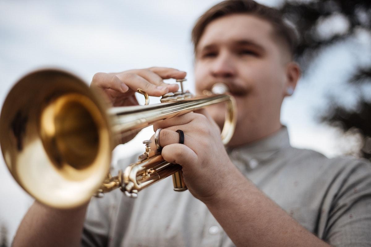 Mies soittaa trumpettia