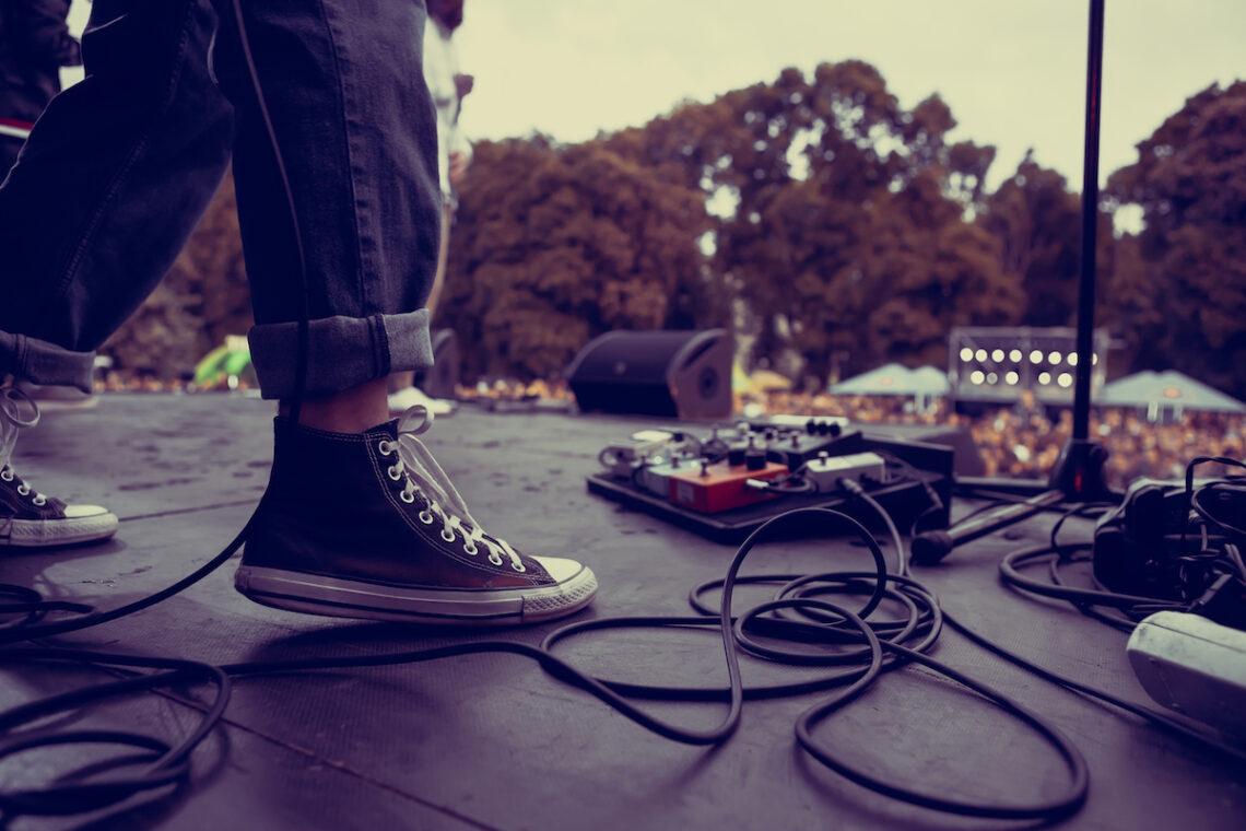 Kitaristin jalka festivaalilavalla