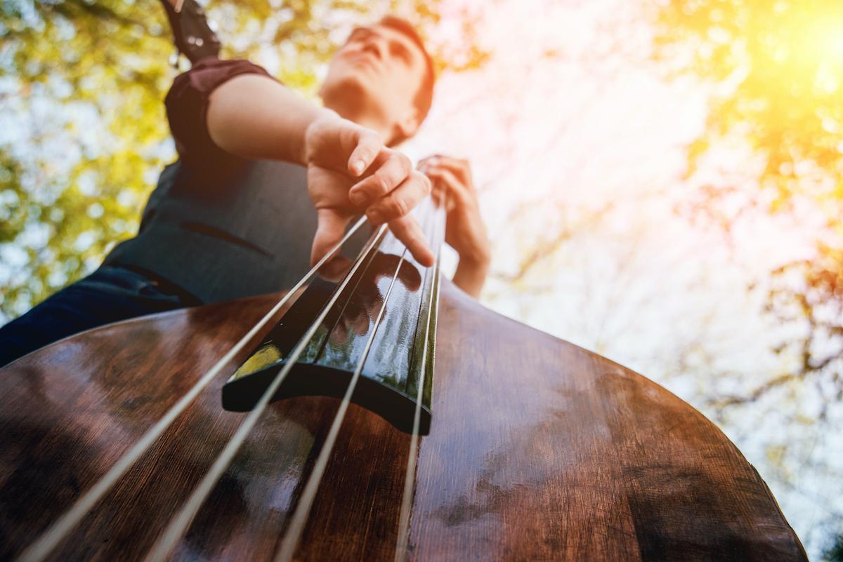 Nuori mies soittaa kontrabassoa